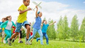Crianças fazendo atividades - tirandoduvidas.com